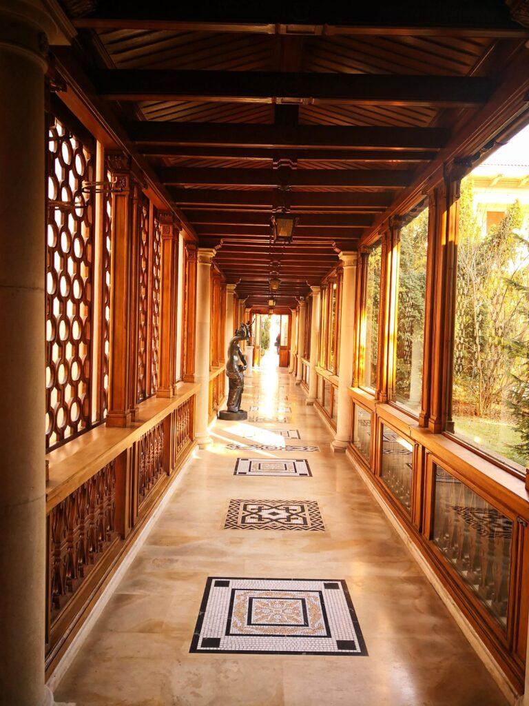 коридор към кафенето
