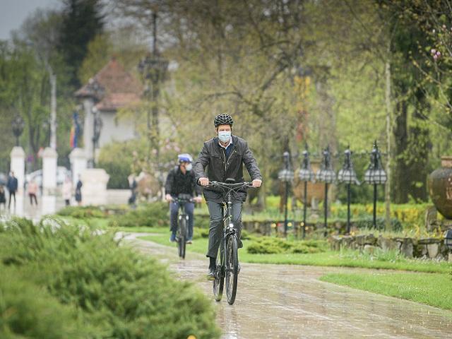 """""""Зеленият петък"""" – президентът на Румъния кара колело из Букурещ"""